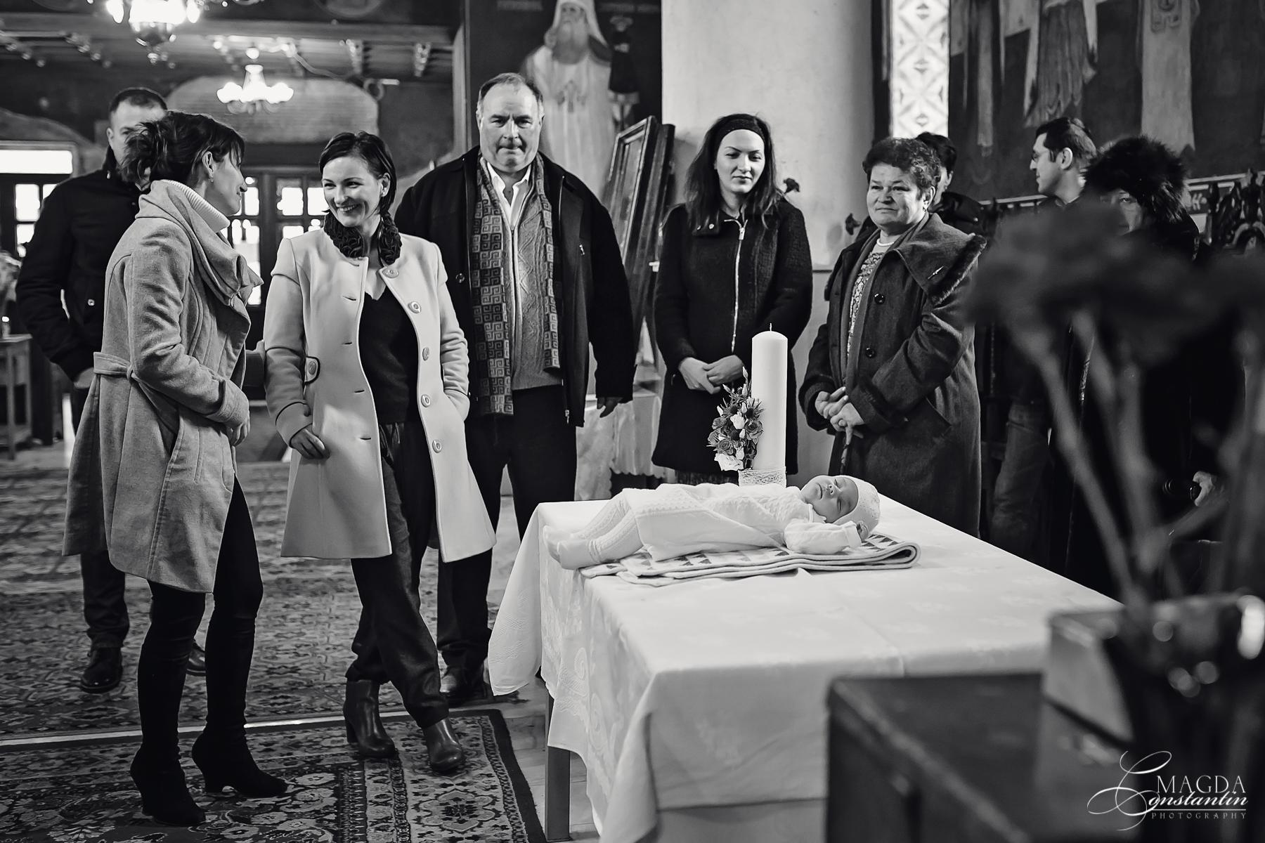 Fotograf la botezul mariei biserica dormind pe masa cativa invitati alb-negru