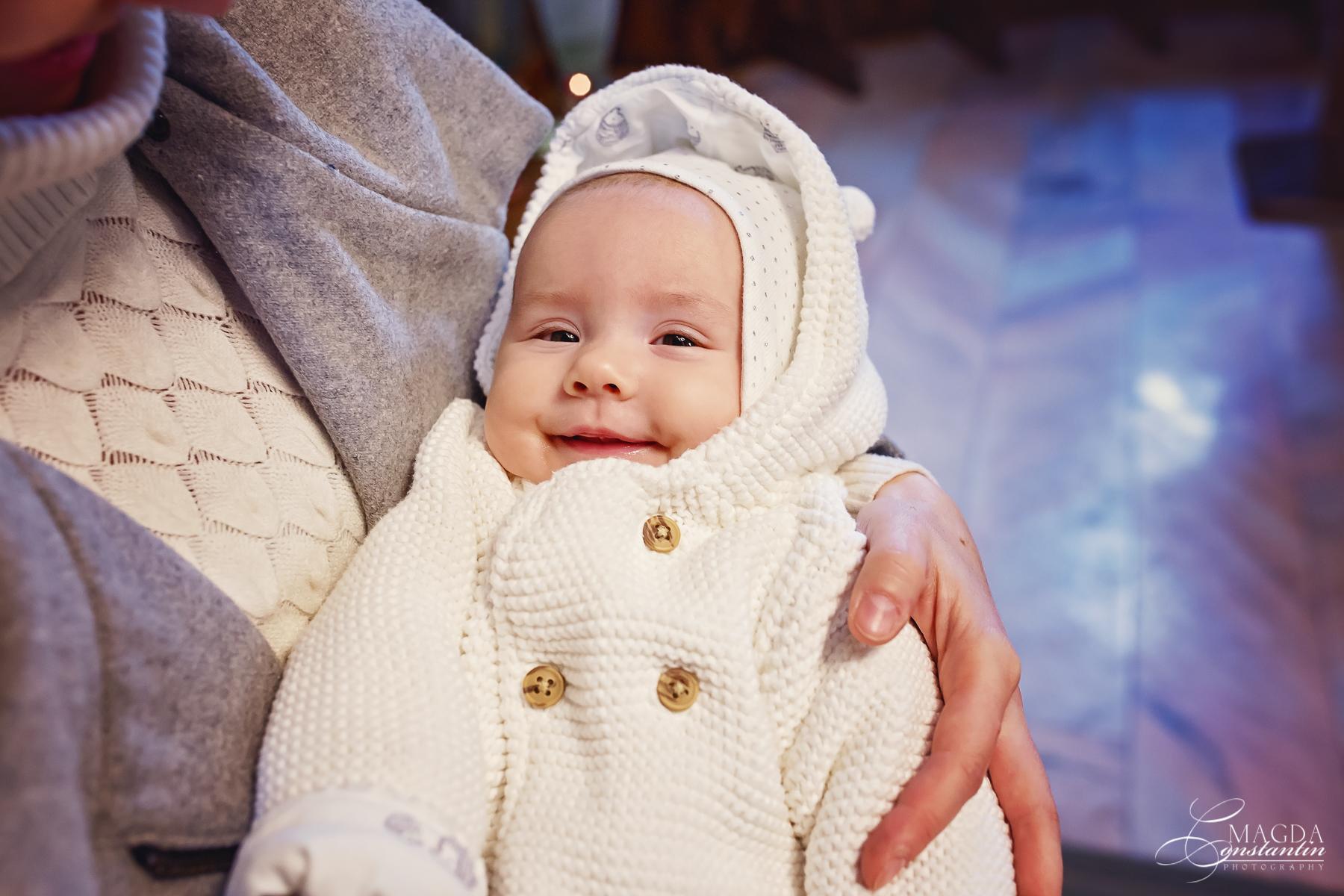 Fotograf la botezul mariei biserica portret cu zambet in brate