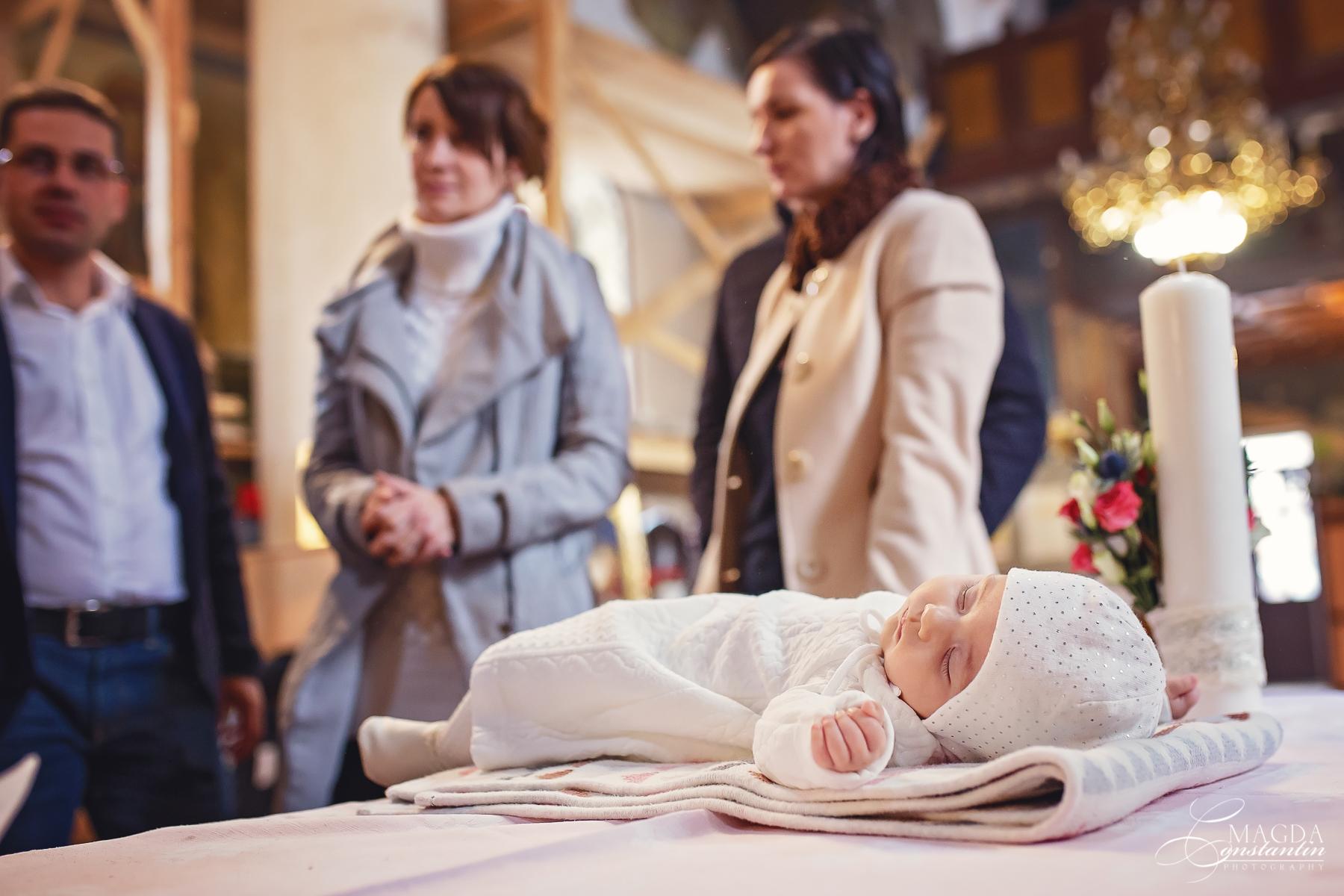 Fotograf la botezul mariei biserica dormind pe masa