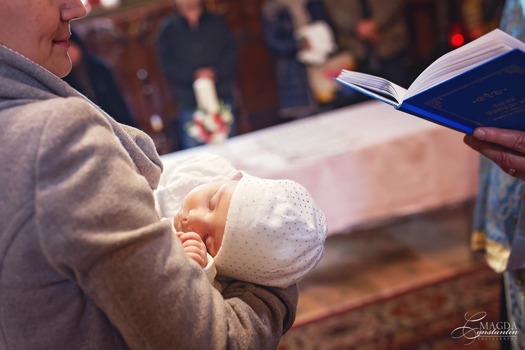 Fotograf la botezul mariei biserica in brate la nasa detaliu