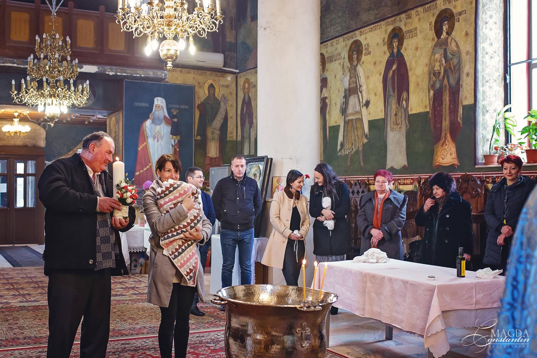 Fotograf la botezul mariei biserica cadru larg invitati
