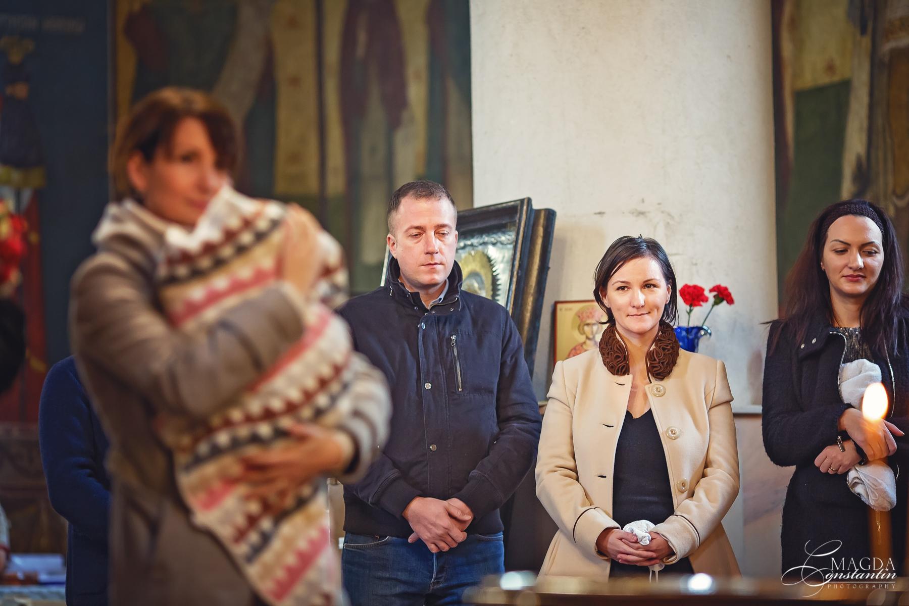Fotograf la botezul mariei biserica focus pe mama