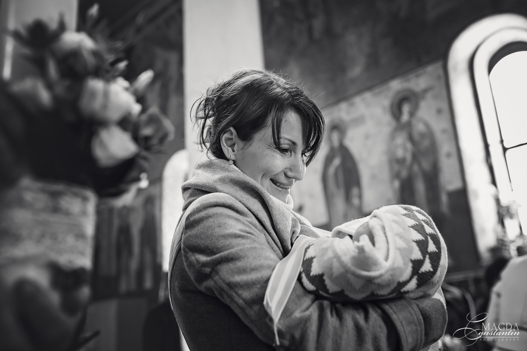 Fotograf la botezul mariei biserica pe masa portret nasa alb-negru