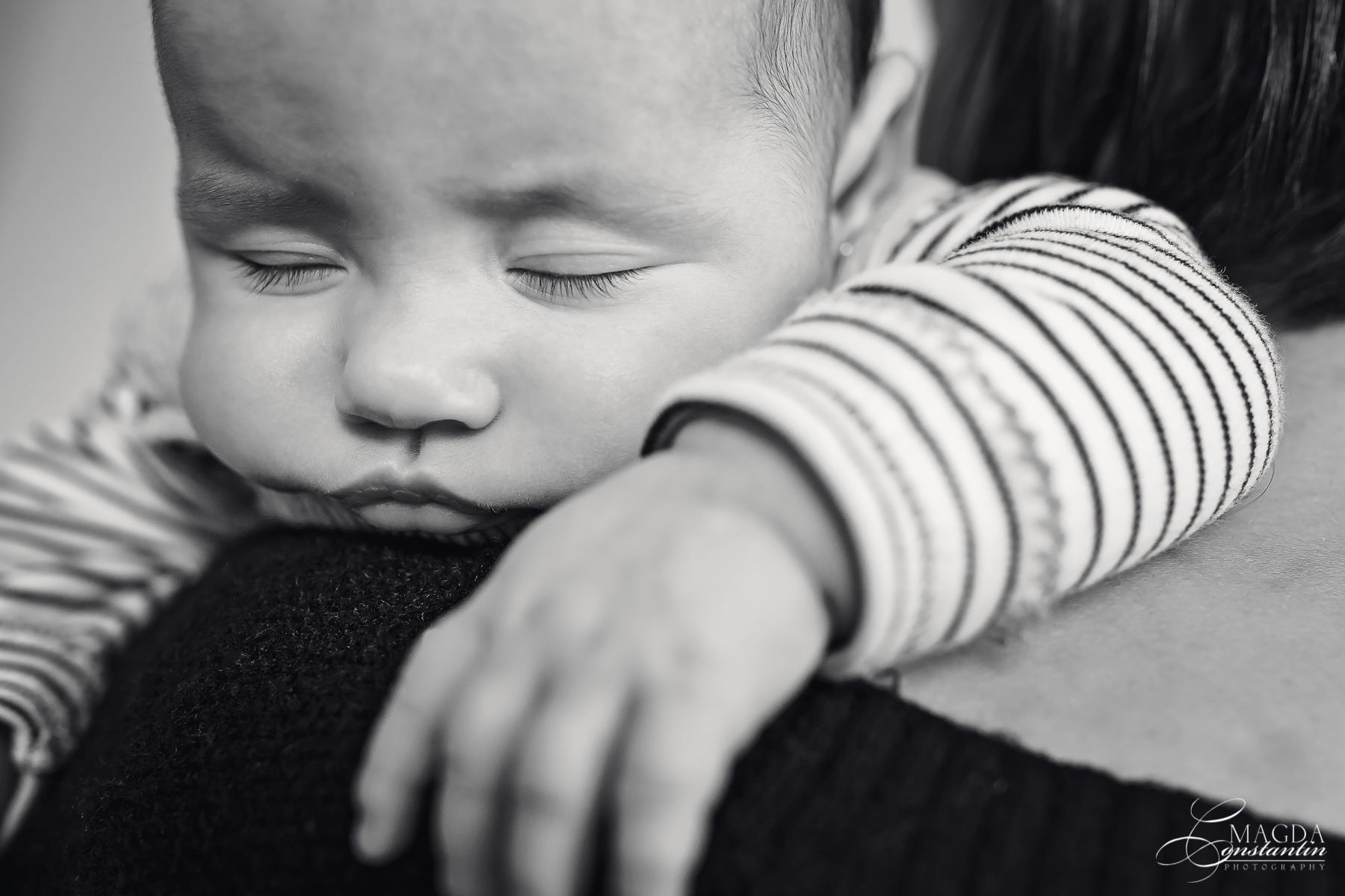 Fotograf la botezul mariei sedinta foto acasa pe umarul mamei detaliu gene alb negru