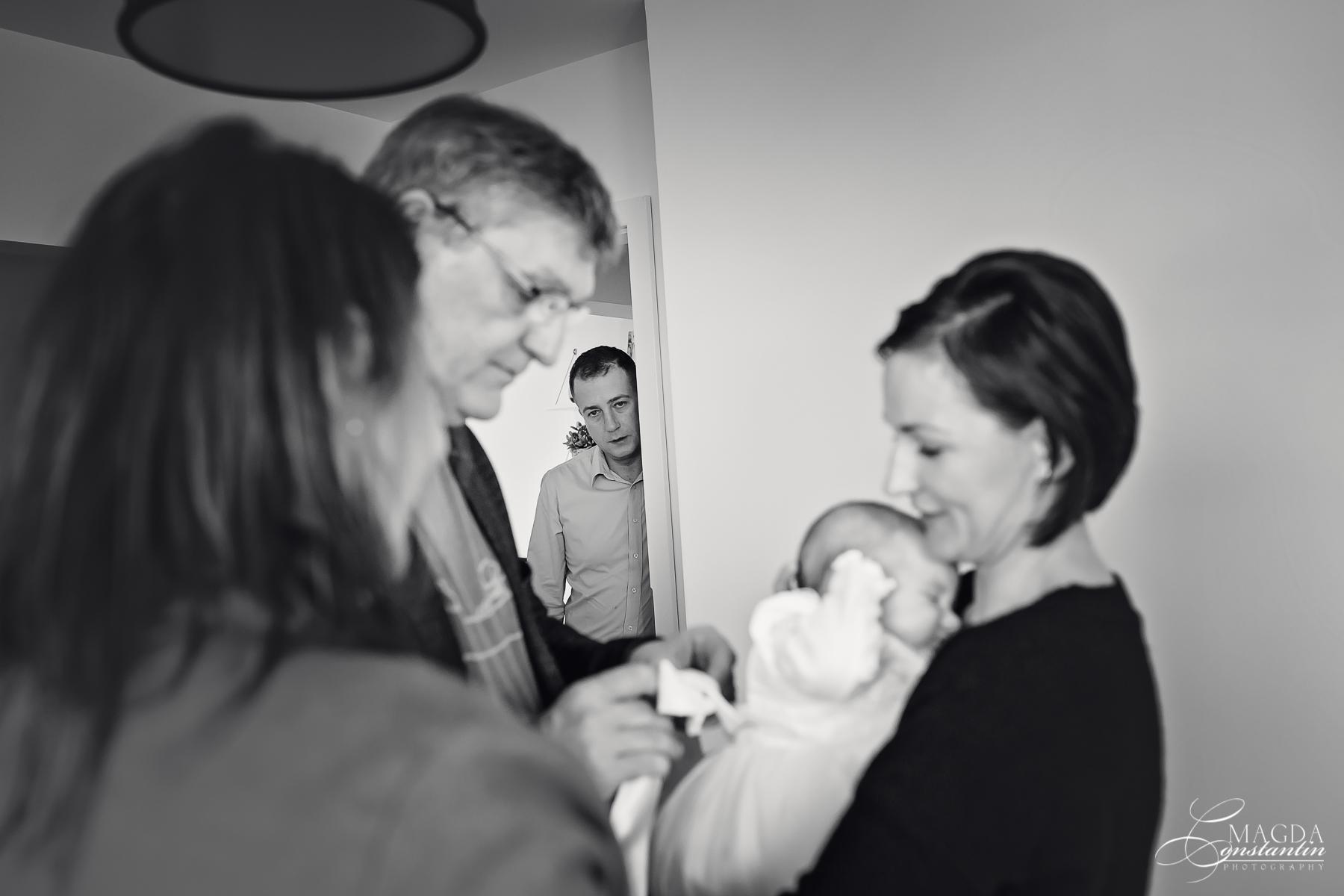 Fotograf la botezul mariei sedinta foto acasa in brate la mama nasul nasa alb-negru