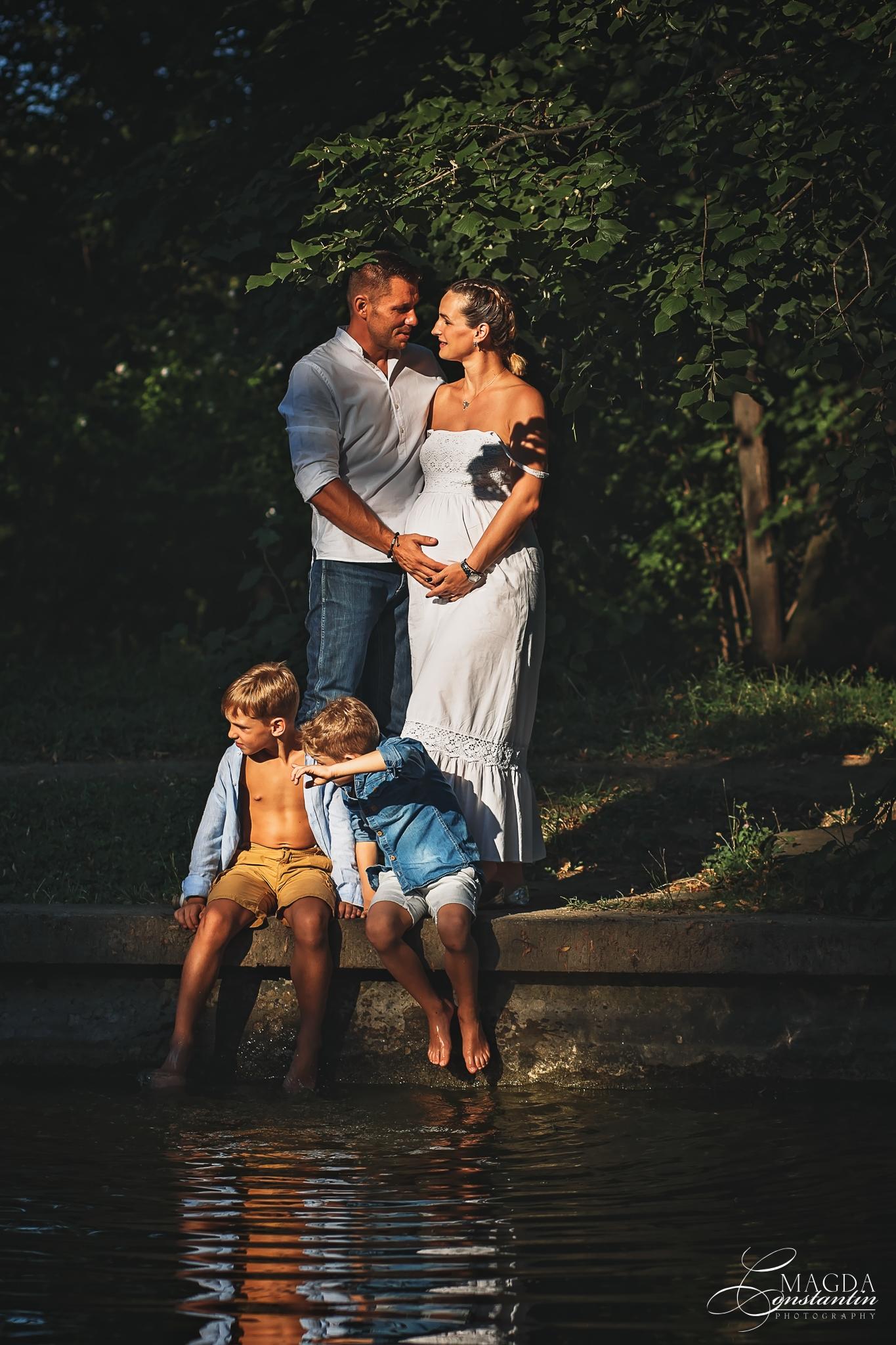 Sedinta foto de maternitate in natura cu stefania sotul si cei doi baieti pe malul lacului in gradina botanica