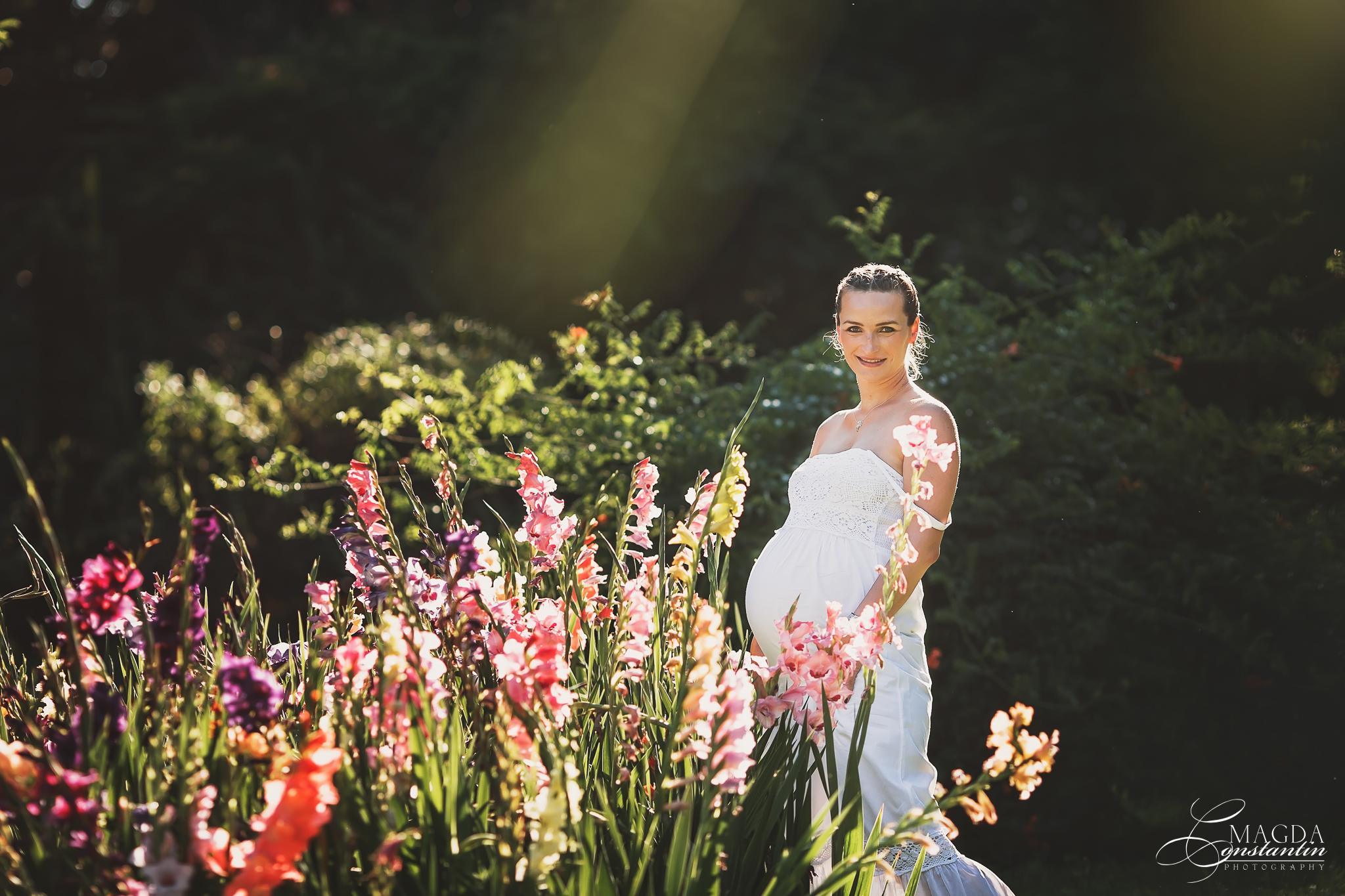 Sedinta foto de maternitate in natura cu stefania in contra luminii cu gladiole in culori pastel in gradina botanica