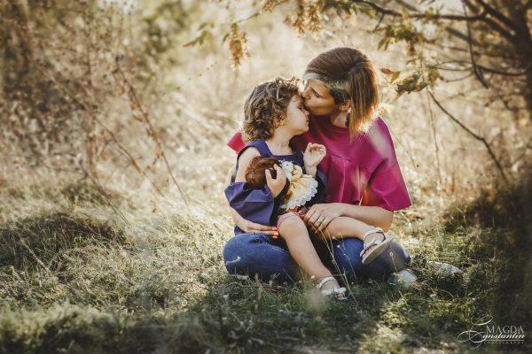 Fotografie de familie in natura - mama si fiica, sarut pe frunte, in lumina calda, toamna
