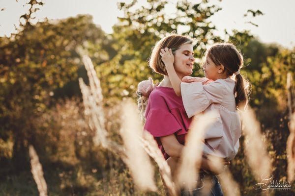 Fotografie de familie in natura - mama cu fiica in brate, in lumina calda, toamna