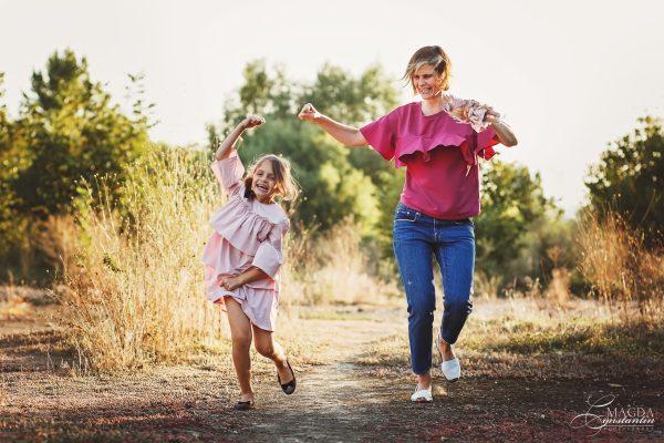 Fotografie de familie in natura -mama cu fiica alergand, in lumina calda, toamna