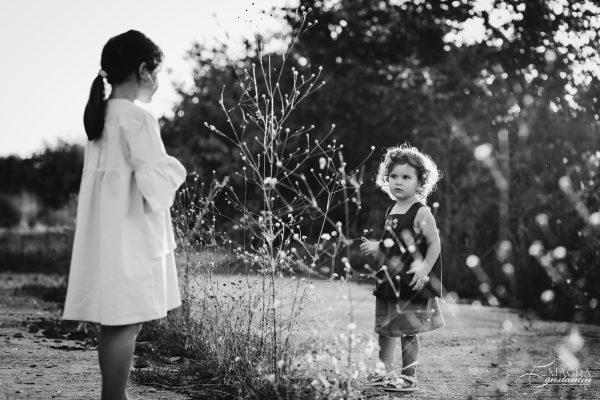Fotografie de familie in natura - surori, in alb-negru, toamna