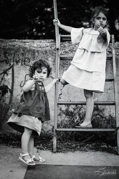 Fotografie de familie in natura - surori pe o scara, alb-negru