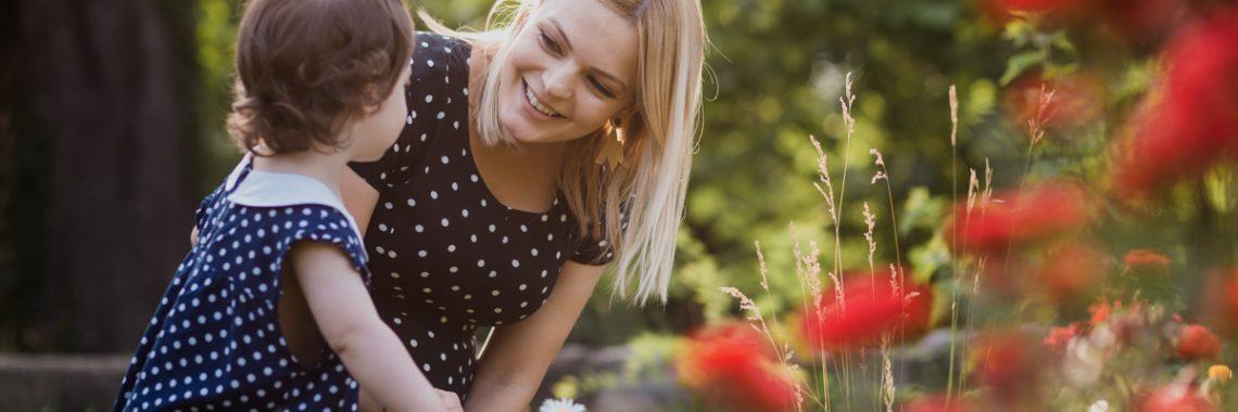 Sedinta foto de maternitate, familie, gradina botanica, soare, zambete si trandafiri rosii, cu Lavinia - 12