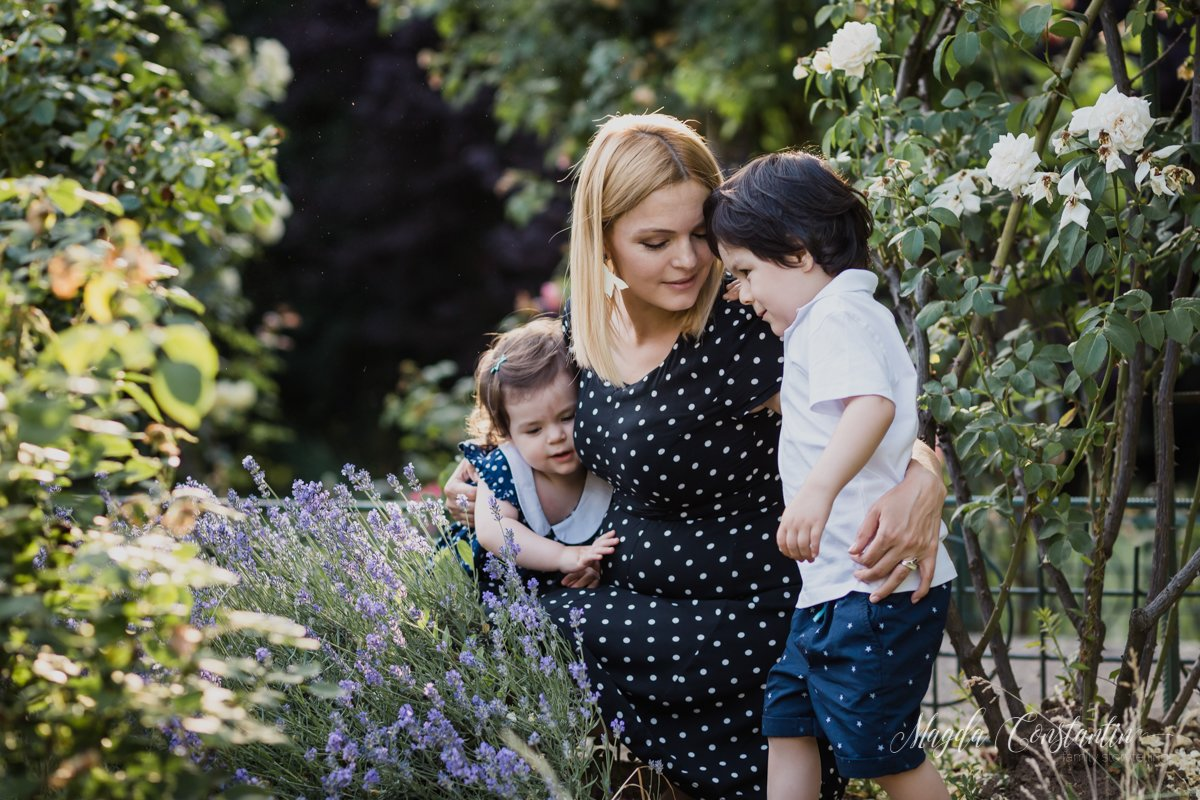 Sedinta foto de gravide, familie, lifestyle Bucuresti gradina botanica; mami in brate cu cei doi frati mai mari.