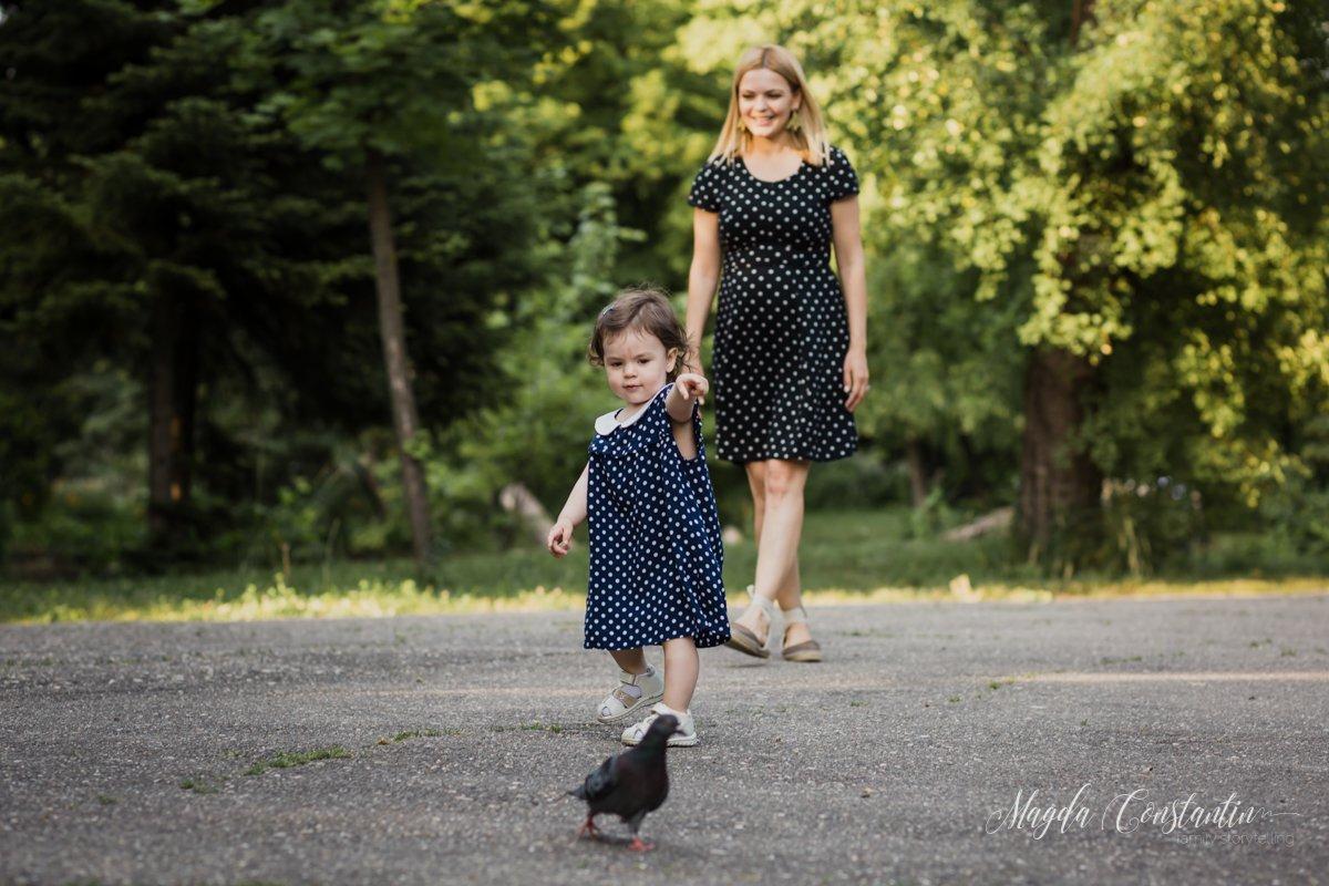 Sedinta foto cu burtica in natura, lifestyle si familie, in Bucuresti, surioara cea mica fugareste un porumbel, cu lavinia - 5