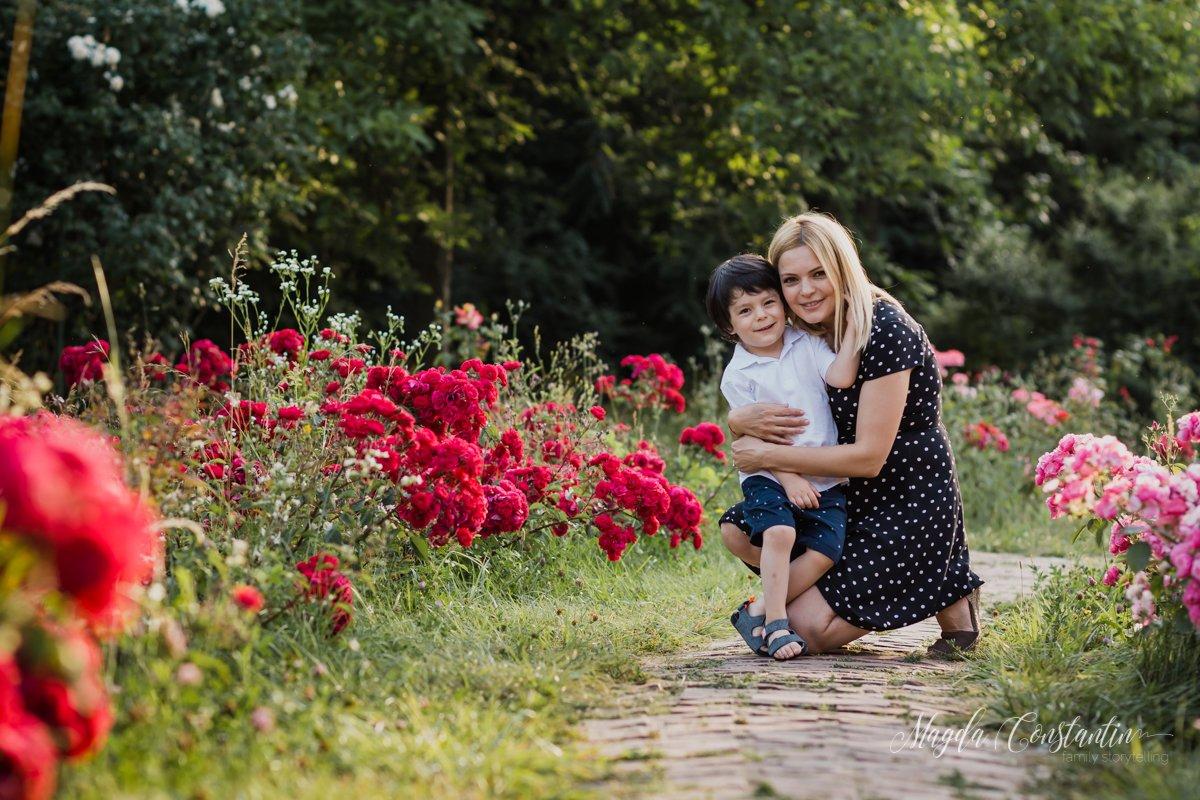 Sedinta foto de maternitate in natura, lifestyle, in Bucuresti, mama cu fratele mai mare in brate si trandafiri rosii, cu lavinia - 3