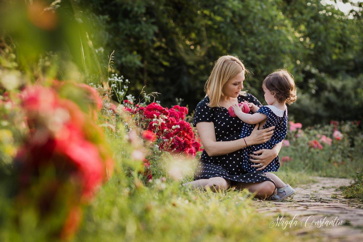 Sedinta foto de gravide in natura, lifestyle, in Bucuresti, mama cu fetita in brate si trandafiri rosii, cu lavinia - 1