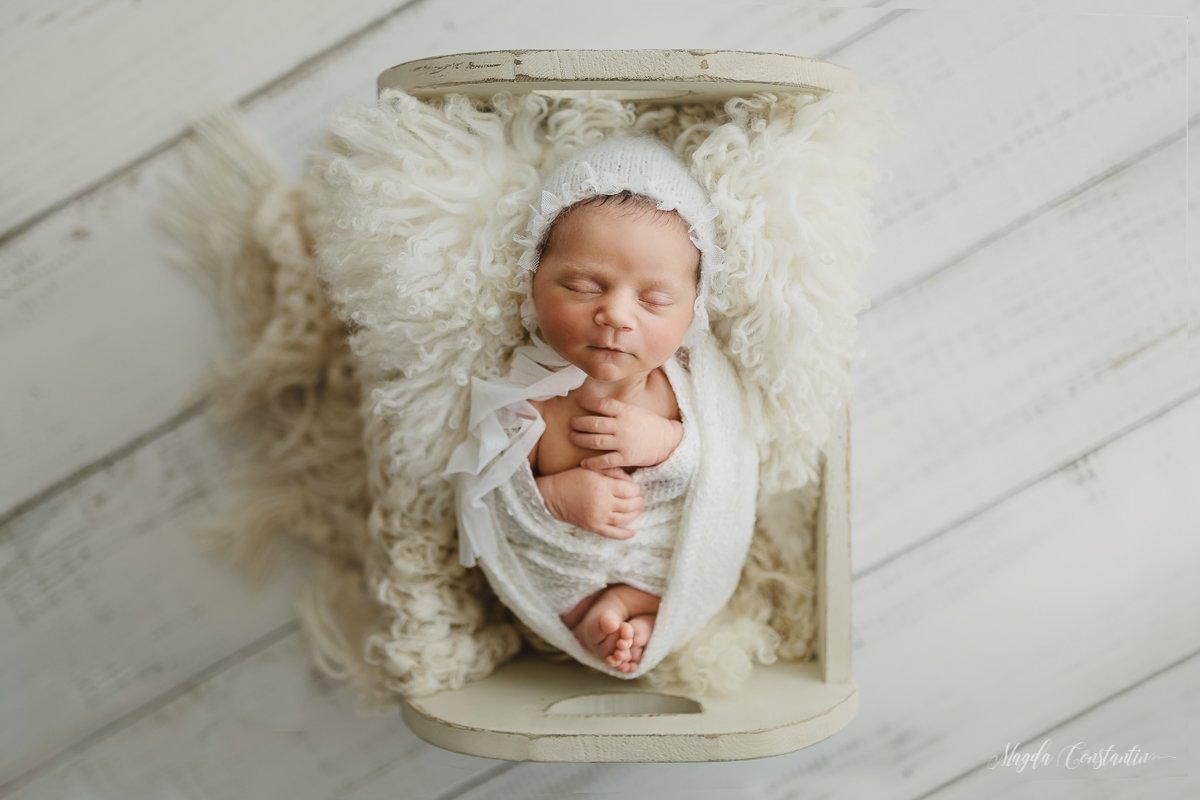 Sedinta foto nounascut fetita in wrap alb si caciulita in patut Bucuresti - Medeea 8