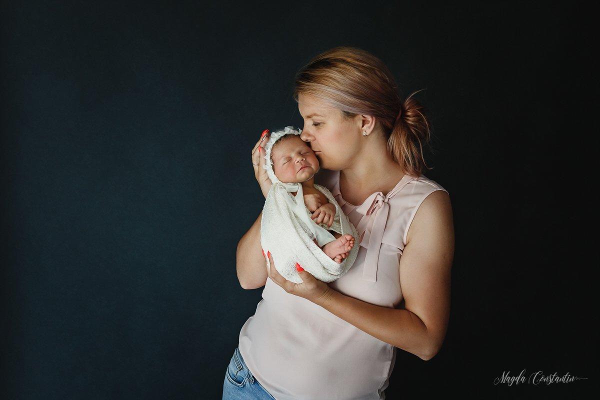 Sedinta foto nou-nascut la mami in brate Bucuresti - Medeea 5