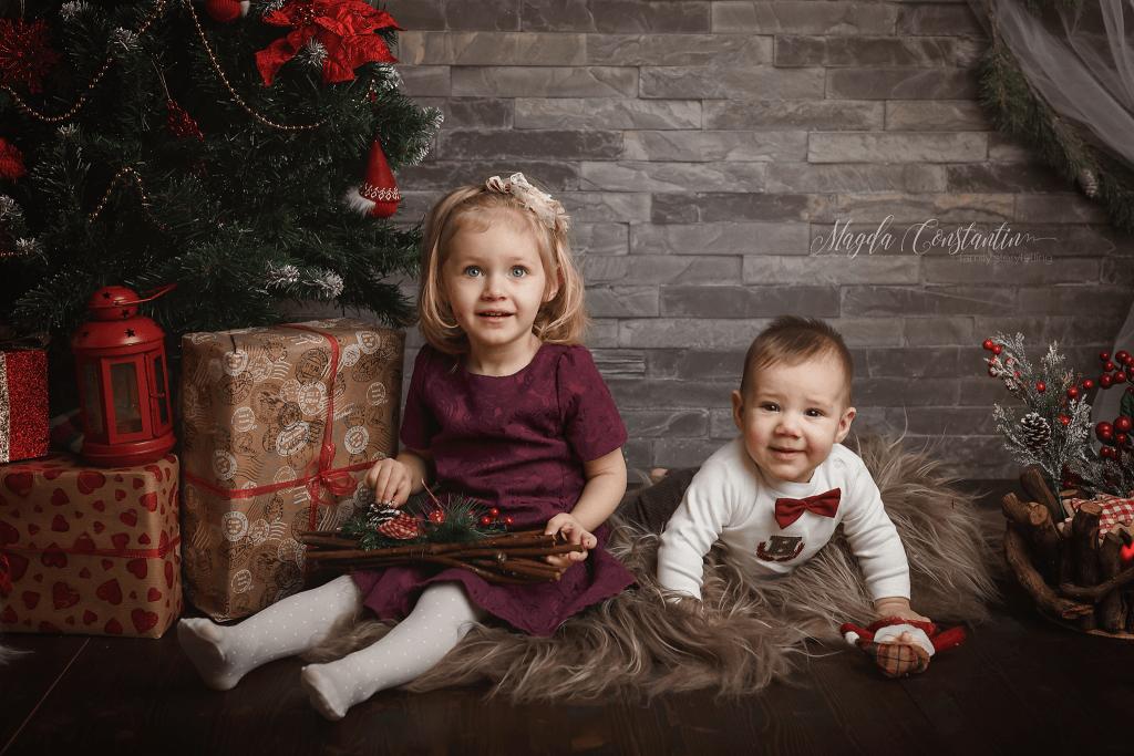 sedinta foto de craciun in bucuresti, baietel si fetita langa brad
