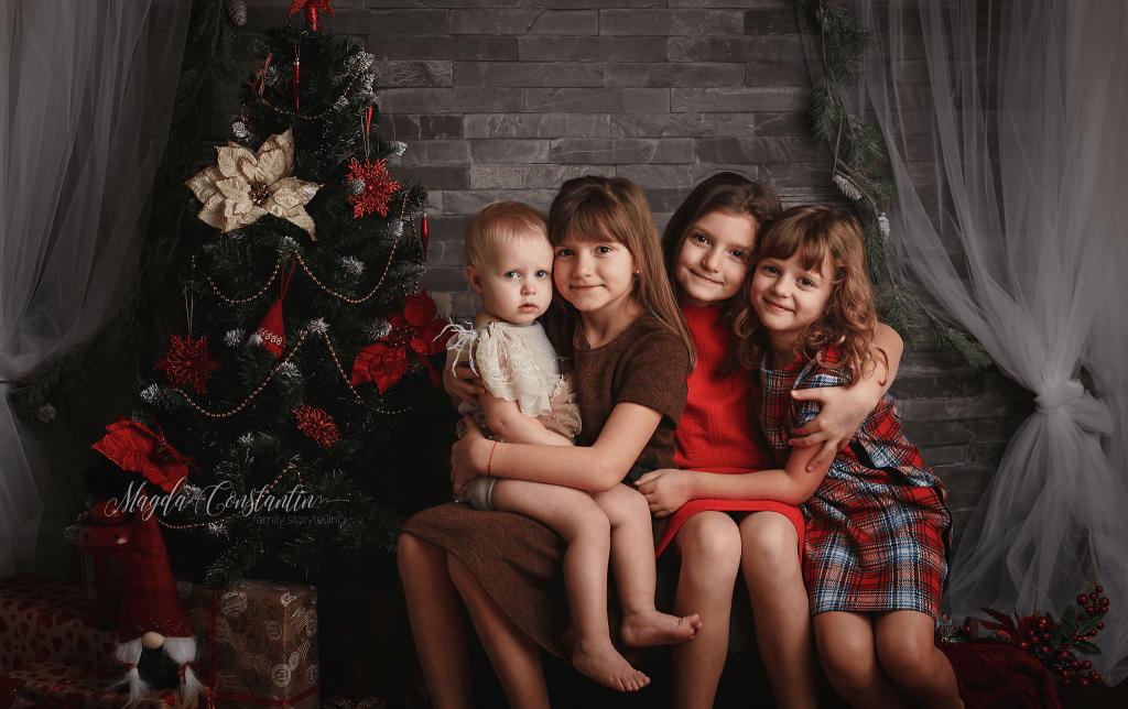 sedinta foto de craciun in bucuresti, 4 fetite langa brad